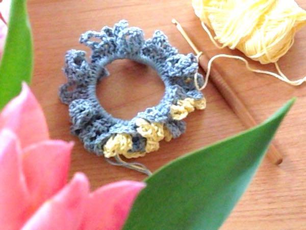 手編みのシュシュ