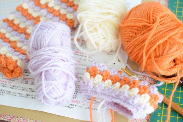 編みかけのハンドウォーマー