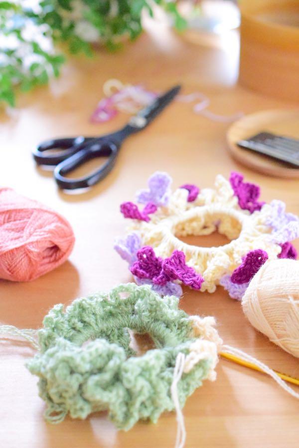 編み物中の机の上
