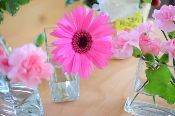 夏らしいヴィヴィットなピンクが可愛いガーベラと、可憐な淡ピンクのデルフィニウムを束ねたアレンジメント[花とグリーン]