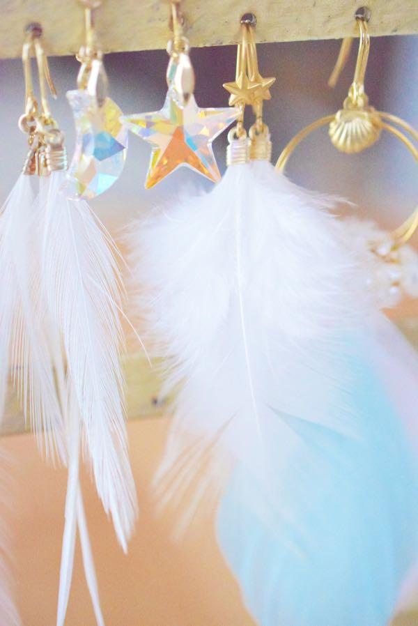 白い羽根の星飾りピアス