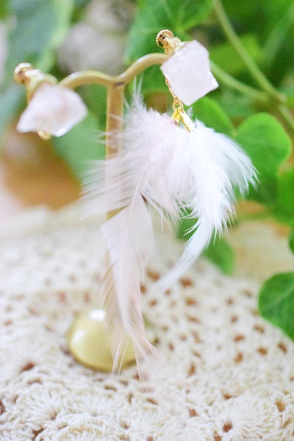 ローズクォーツと白い羽根のアシンメトリーイヤリング