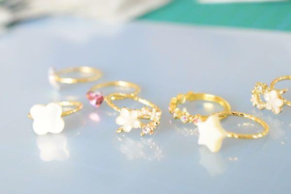 花モチーフとシェルの指輪