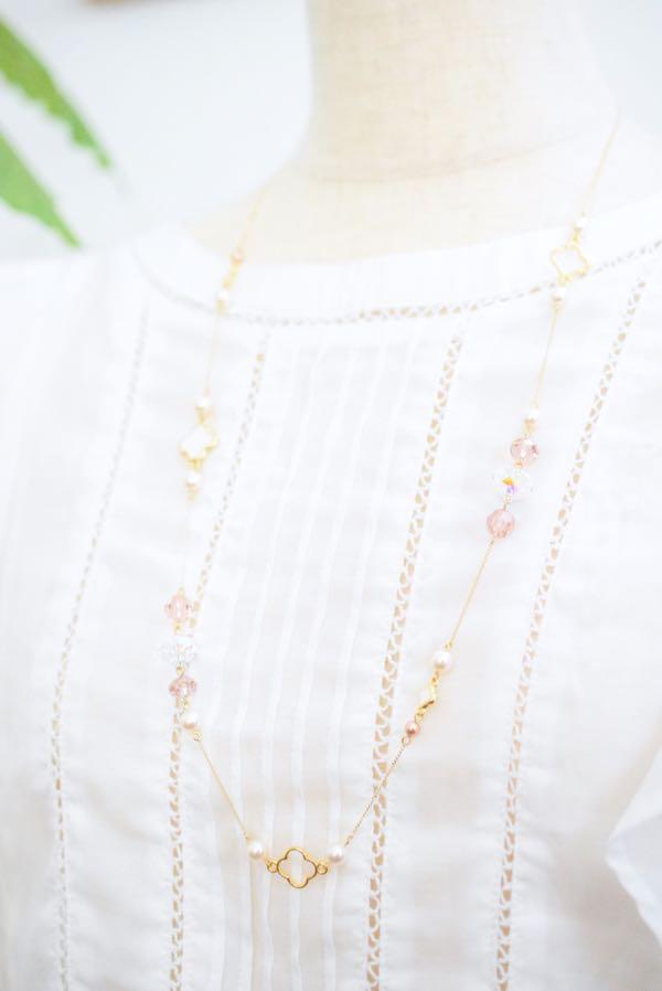 スワロフスキークリスタルとお花のネックレス(着用イメージ)