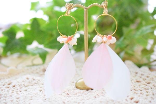 ピンクの羽根のイヤリング