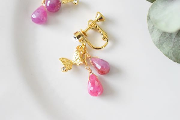 蝶とルビーのイヤリング