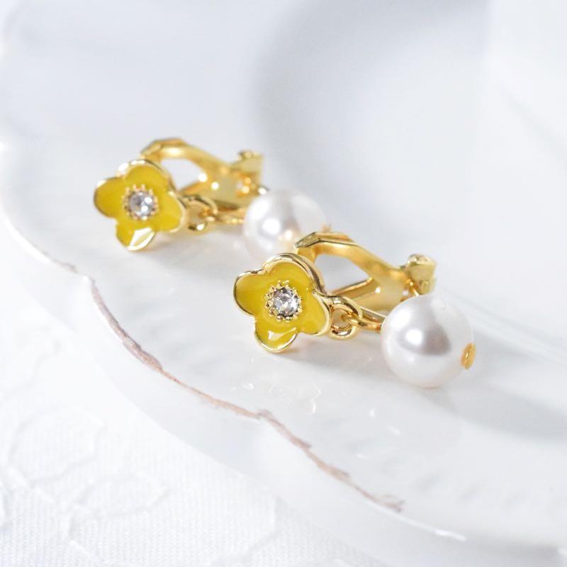 小花とクリスタルパールのイヤリング