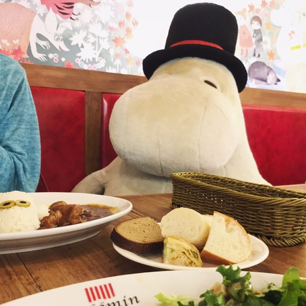 ムーミンベーカリー&カフェで、ランチプレートを楽しんできました。ムーミンマシュマロが浮かぶクリームソーダが可愛かった!